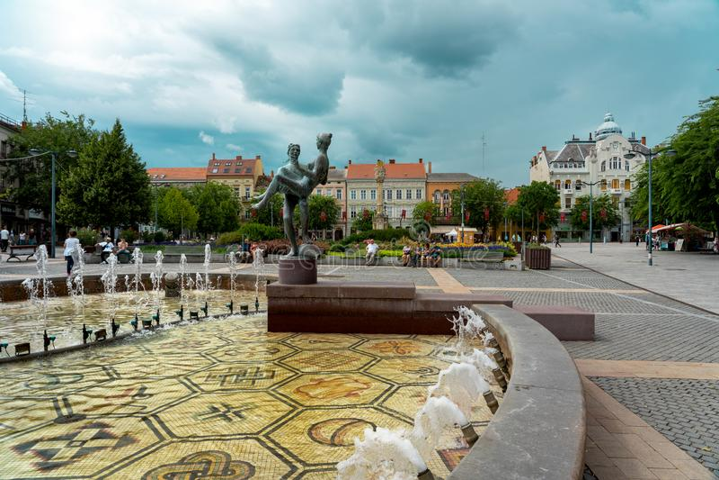 SZOMBATHLY, Węgry, 08. 16. 2019. Stary główny plac miejski z fontanną i ludźmi obrazy stock