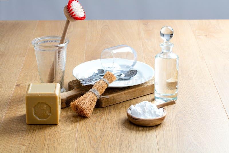 Szorowania i cleaning naczynia z domowej roboty płuczkowym detergentem, życie zdjęcie royalty free