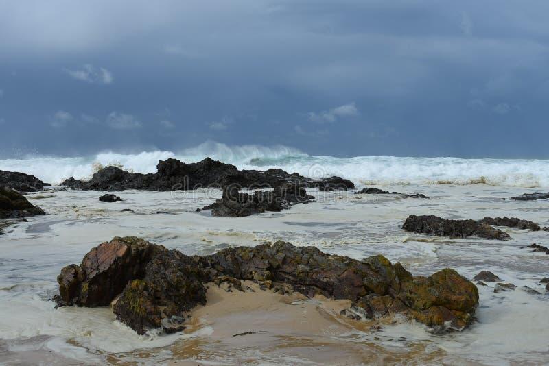 Szorstcy morza zbliżają skalistego brzeg zdjęcia royalty free