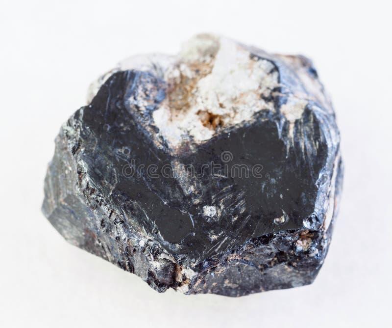 szorstki hematytu kamień na bielu (haematite) obraz stock