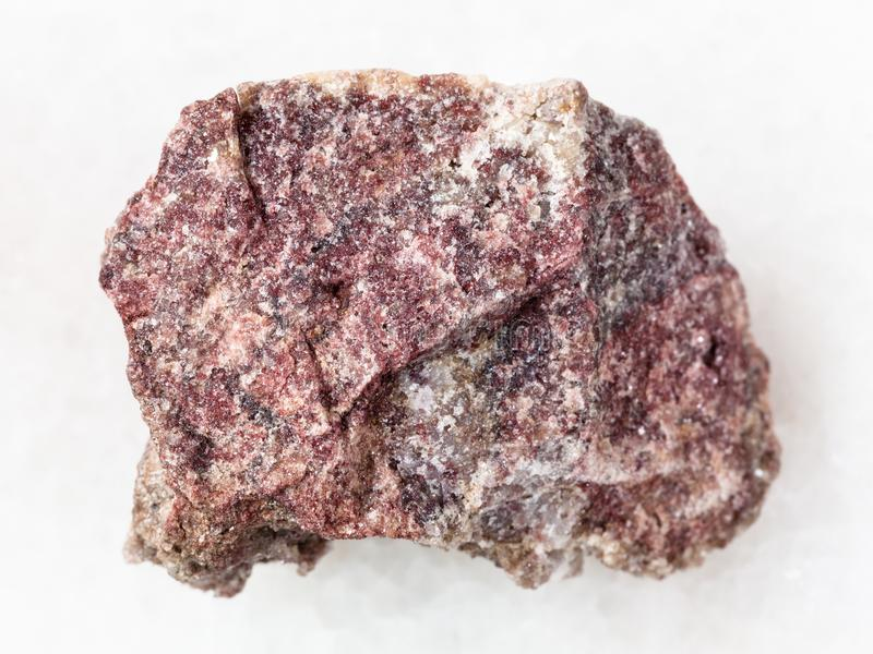 szorstki różowy dolomitu kamień na bielu obraz stock