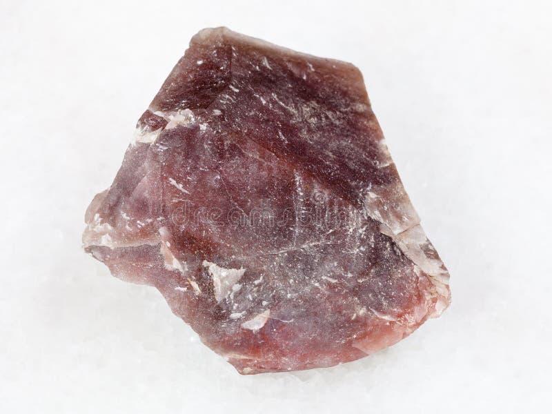 szorstki różowy krzemienia kamień na bielu (chalcedon) fotografia royalty free