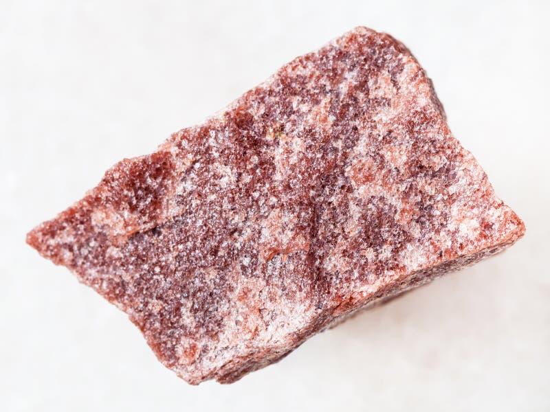 szorstki różowy kwarcytu kamień na bielu fotografia stock