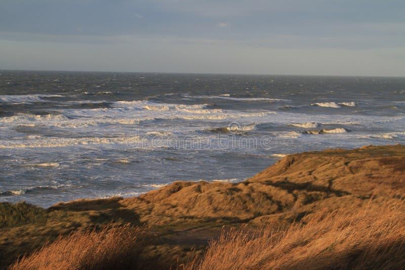 Szorstkie wody przy plażą zdjęcie royalty free