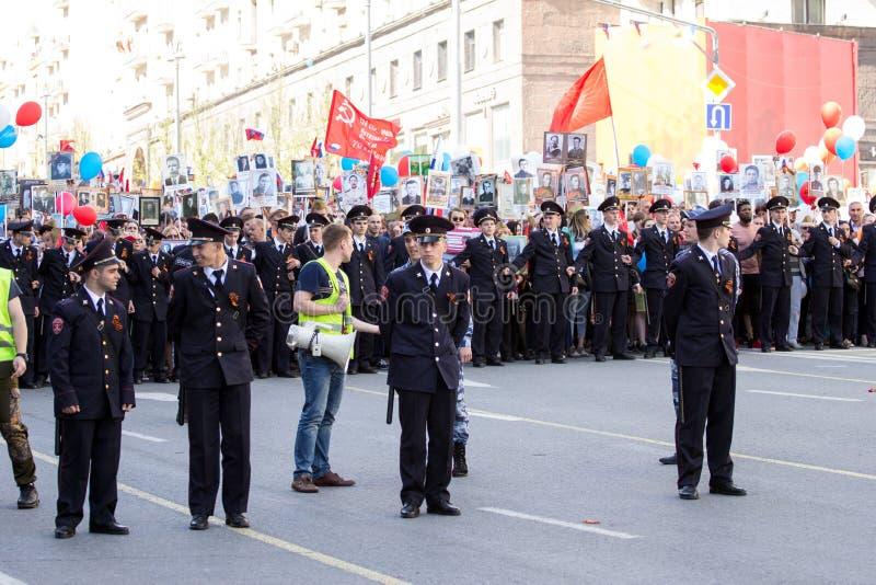 szpaltowy wmarsz wzdłuż drogi Pejzaż miejski Moskwa na zwycięstwo dniu Pracownik ochrony na paradzie zdjęcie stock