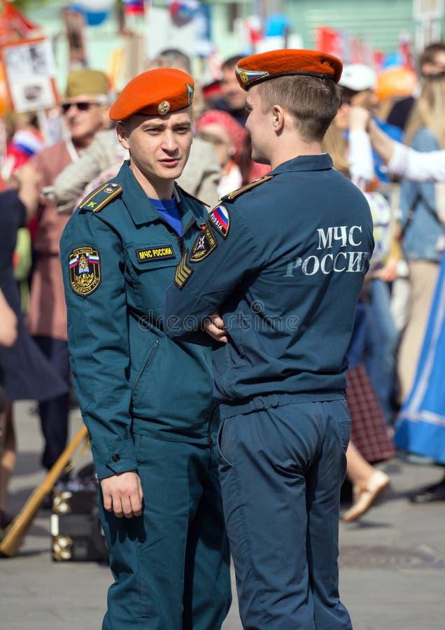 szpaltowy wmarsz wzdłuż drogi Pejzaż miejski Moskwa na zwycięstwo dniu Pracownik ochrony na paradzie obrazy stock