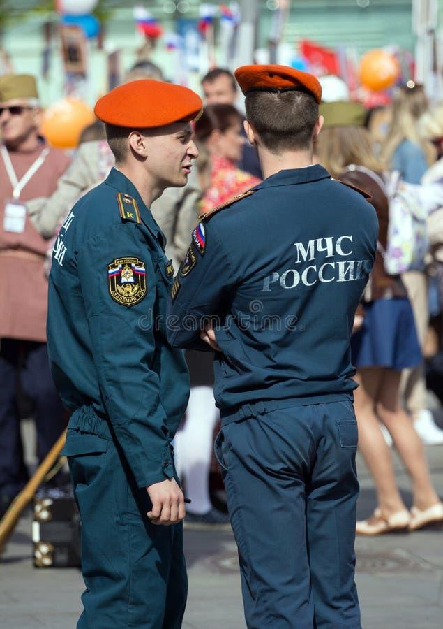 szpaltowy wmarsz wzdłuż drogi Pejzaż miejski Moskwa na zwycięstwo dniu Pracownik ochrony na paradzie zdjęcie royalty free