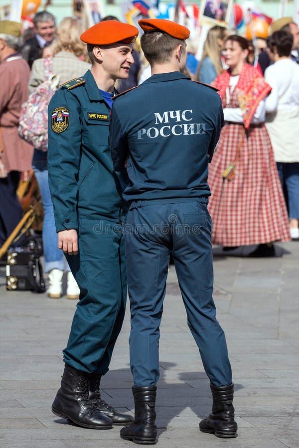 szpaltowy wmarsz wzdłuż drogi Pejzaż miejski Moskwa na zwycięstwo dniu Pracownik ochrony na paradzie obrazy royalty free