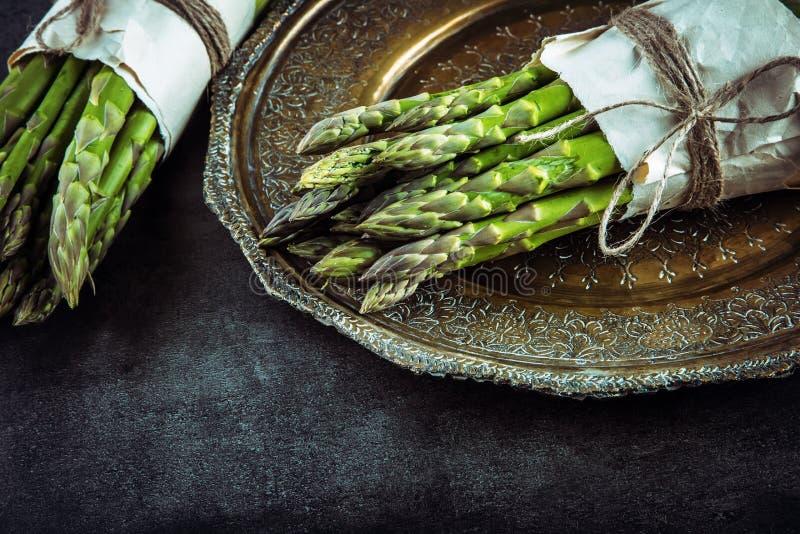 szparagi asparagus surowy szparagi świeże Zielony asparagus Wiązany asparagus w inny pozycje zdjęcie stock