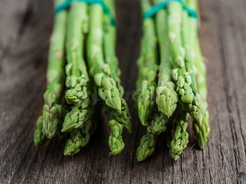 szparagowego tła pojęcia świeży zielony zdrowy jarzynowy drewniany obraz stock