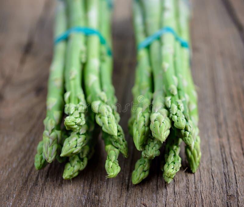 szparagowego tła pojęcia świeży zielony zdrowy jarzynowy drewniany fotografia royalty free