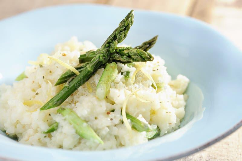 Jedzenie: Szparagowy risotto z cytryna paskami fotografia stock