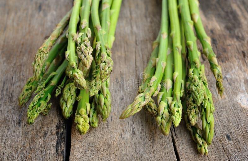 Szparagowy warzywo na drewnianym tle zdjęcia stock
