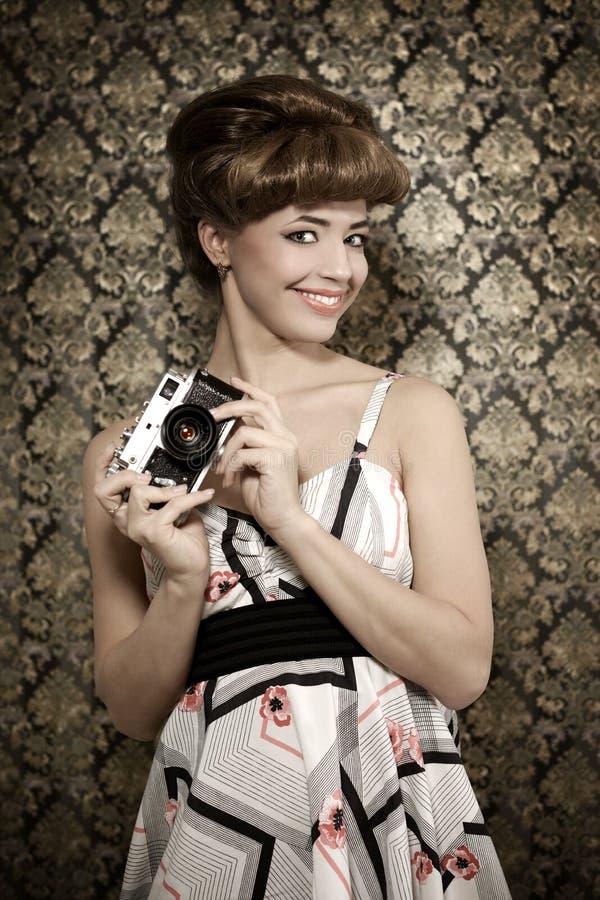 Szpilka w górę dziewczyny z retro kamerą zdjęcia royalty free