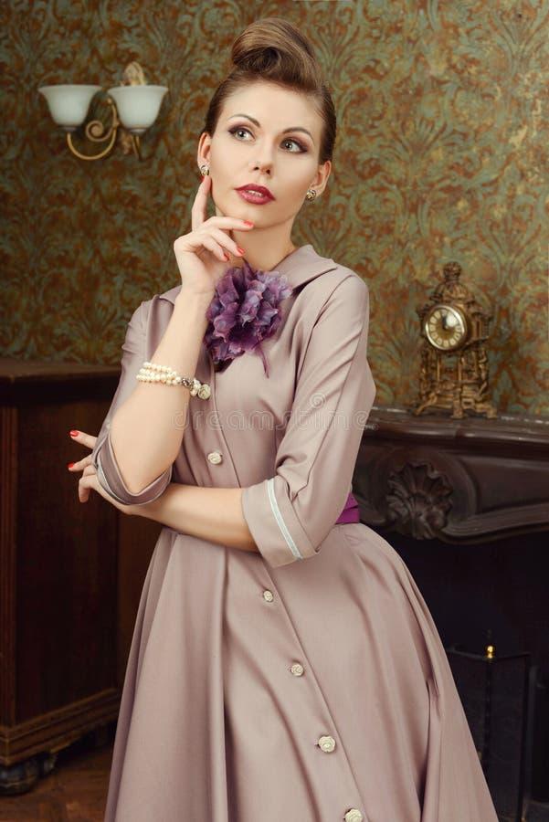 Szpilka W górę pięknej młodej kobiety w rocznika wnętrzu obrazy royalty free