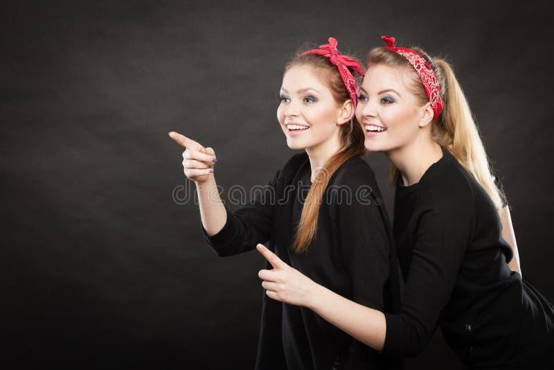 Szpilka w górę roczników ladys pokazuje jeden kierunek fotografia royalty free