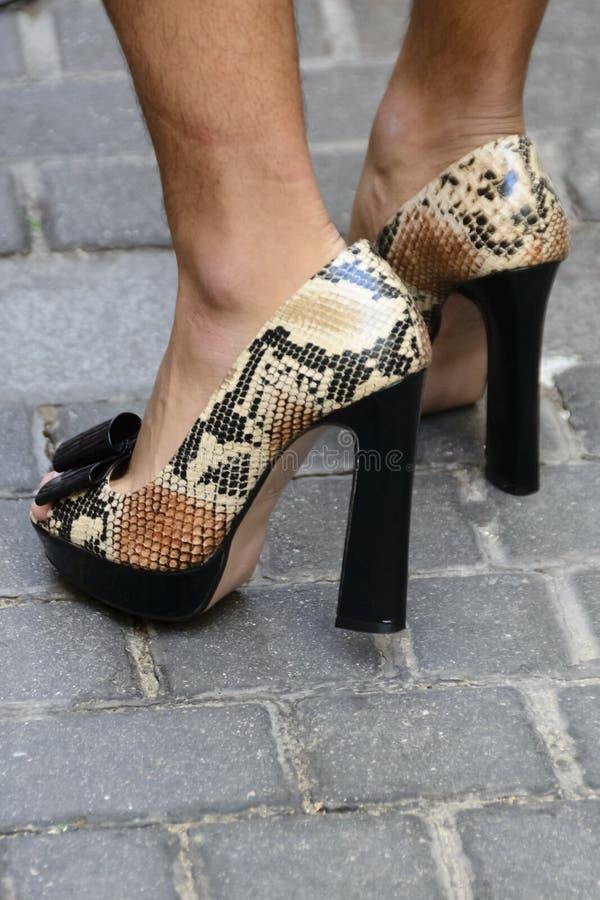 Szpilki buty będący ubranym mężczyzna obrazy royalty free