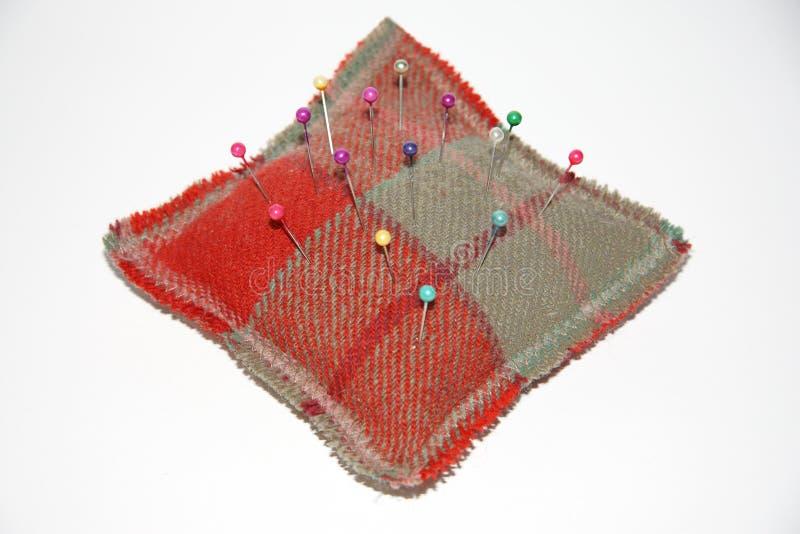 Szpilki z głowami w kwadratowym pincushion obrazy stock