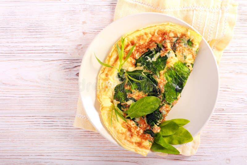 Szpinaków i estragonu omlet słuzyć obraz stock
