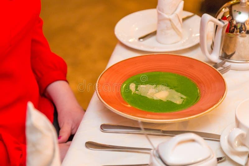 Szpinak polewka na czerwonym talerzu oczekuje używać naczynia Zdrowy łasowanie i pożytecznie jedzenie obraz stock