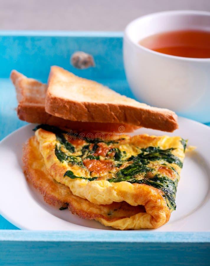Szpinaka omlet na talerzu fotografia royalty free