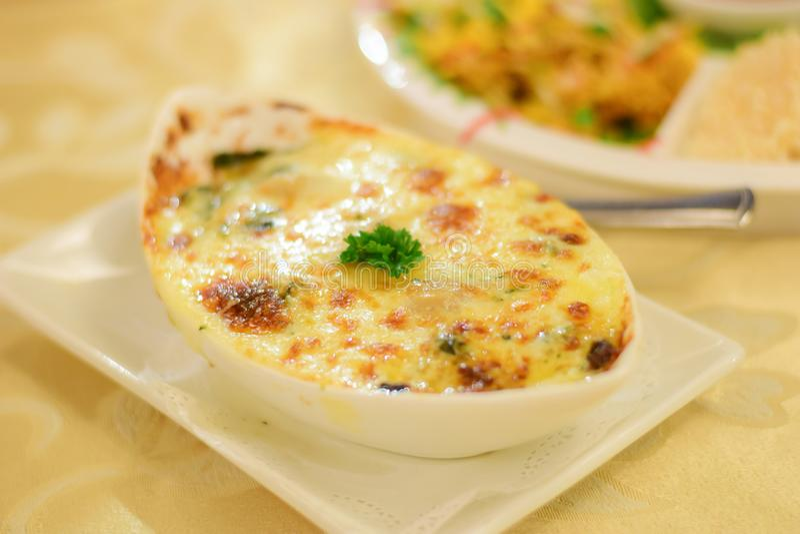Szpinaka serowy Zdrowy jedzenie na stole Miękka ostrość fotografia royalty free