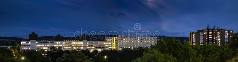 Szpital nocą z zaświecającymi okno robi up sercu zdjęcia stock