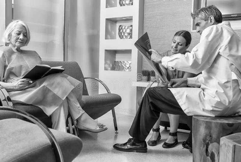 Szpitalna poczekalnia z pacjentami i lekarką obrazy royalty free