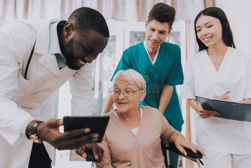 Szpitalna skrzynka Lekarka z pastylką pacjent zdjęcia royalty free