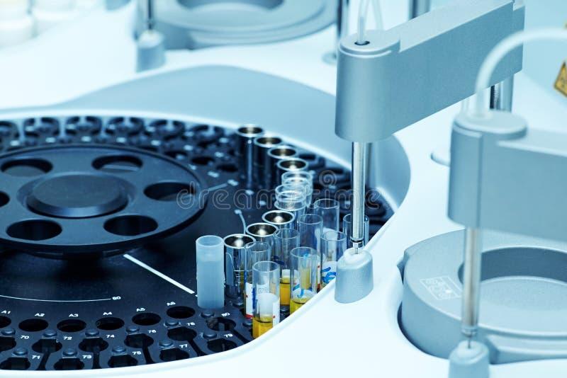 Szpitalni laboratoria, automatyczny biochemiczny analyzer fotografia stock