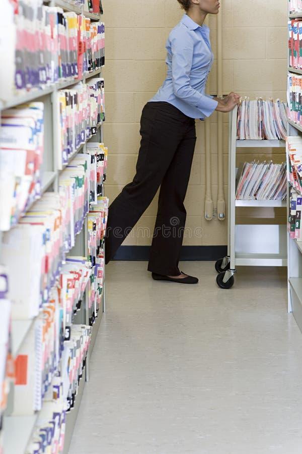 Szpitalny administrator z kartotekami zdjęcia stock