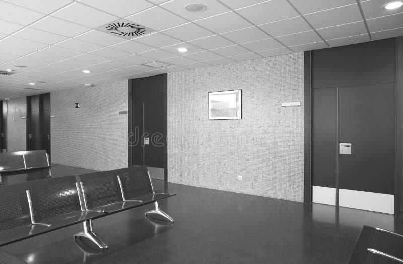 Szpitalny czekanie teren z kruszcowymi krzesłami. zdjęcia stock