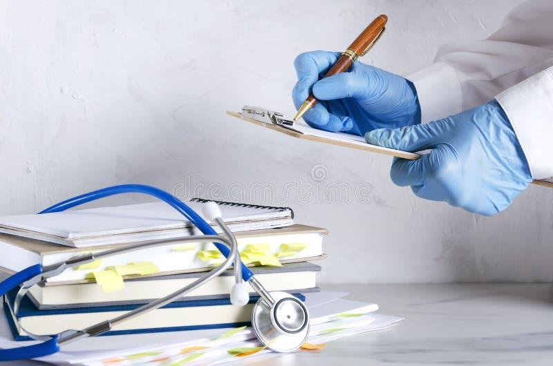 Szpitalny reseption Zbliżenie ręki, stetoskop i sterta medyczne historie na białym stole lekarki, obrazy stock