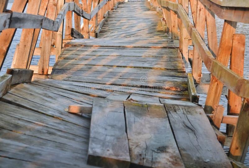 Szpotawy drewniany most zdjęcia royalty free