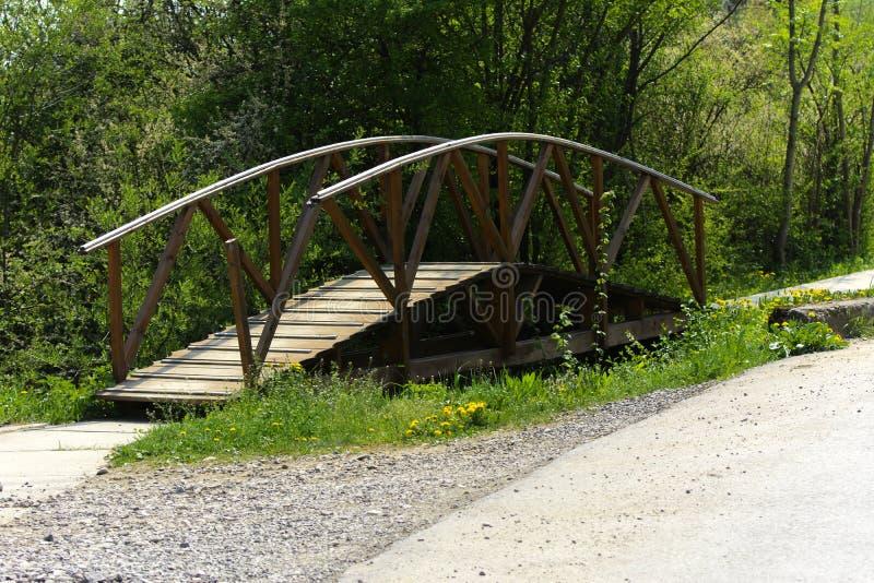 Szpotawy i obdrapany stary drewniany most nad kanałem c obraz stock
