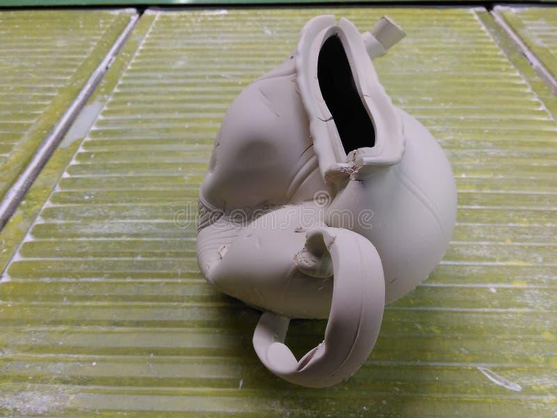 Szpotawy teapot od gliny w produkci porcelana Brakowy produkt zdjęcie royalty free