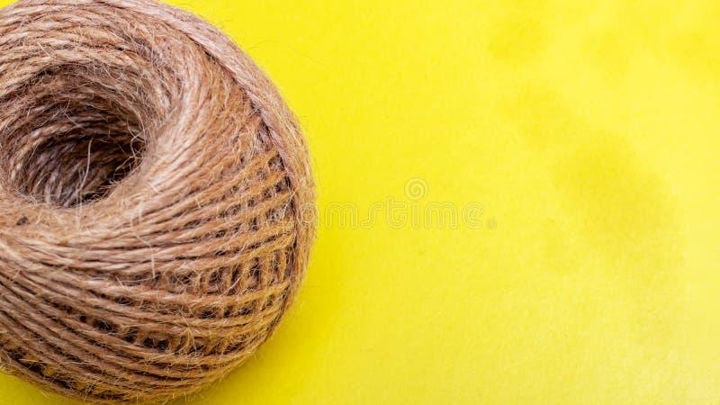 Szpula liny na żółtym tle zdjęcia stock