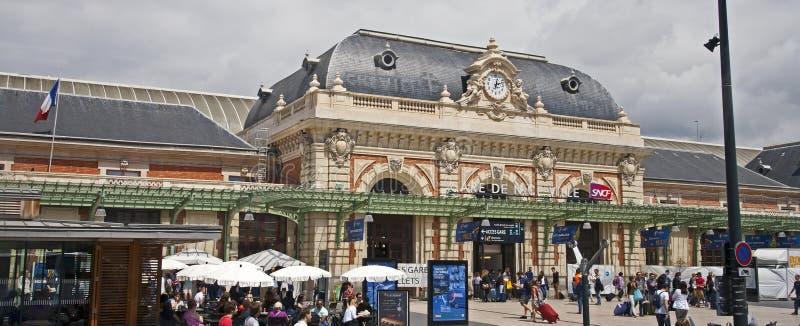 Sztachetowy dworzec w ładnym obraz royalty free