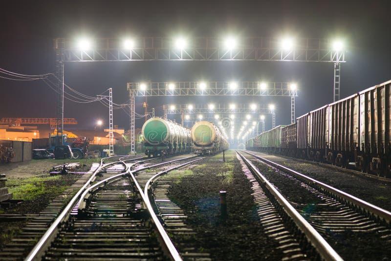 Sztachetowy jard z linii kolejowych spłuczkami i samochodami fotografia royalty free