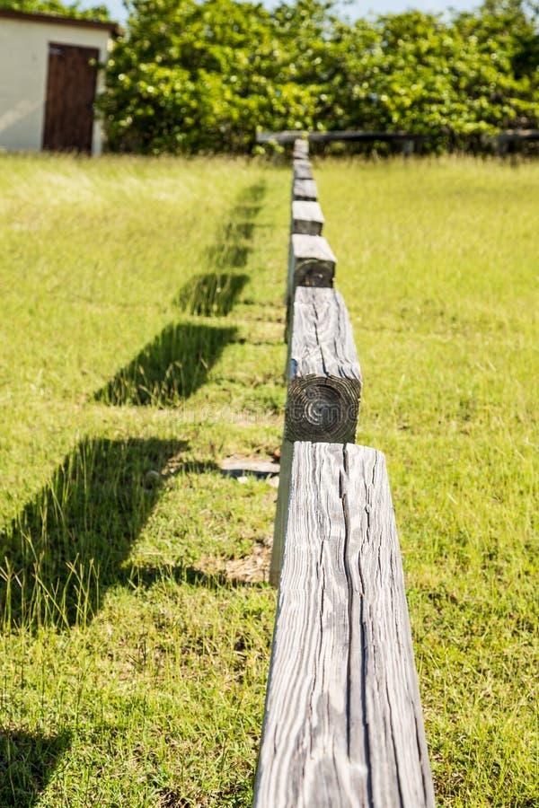 Sztachetowy ogrodzenie Przez Zieloną trawę zdjęcia stock