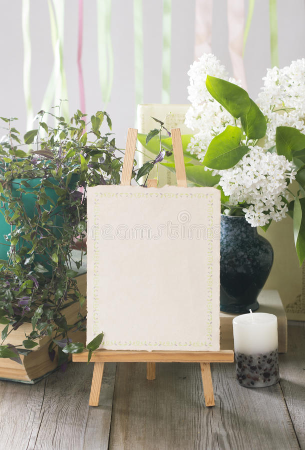 Sztaluga z pustą biel kartą Ślubny zaproszenie w retro stylu fotografia stock
