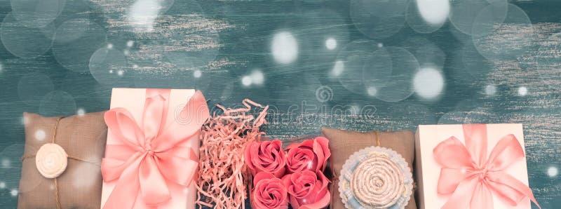 Sztandarów wakacyjnych prezentów girlanda na błękitnym rocznika tle zdjęcie stock