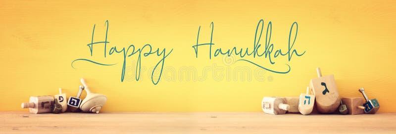 Sztandar żydowski wakacyjny Hanukkah z drewnianymi dreidels & x28; przędzalniany top& x29; obrazy royalty free