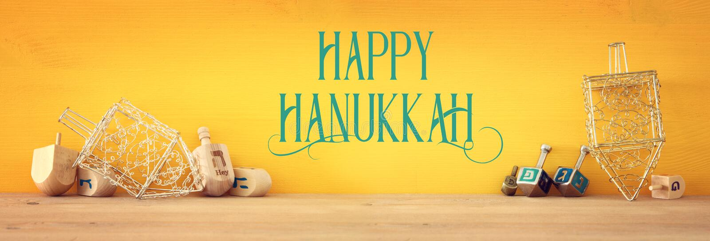 Sztandar żydowski wakacyjny Hanukkah z drewnianymi dreidels & x28; przędzalniany top& x29; zdjęcia royalty free