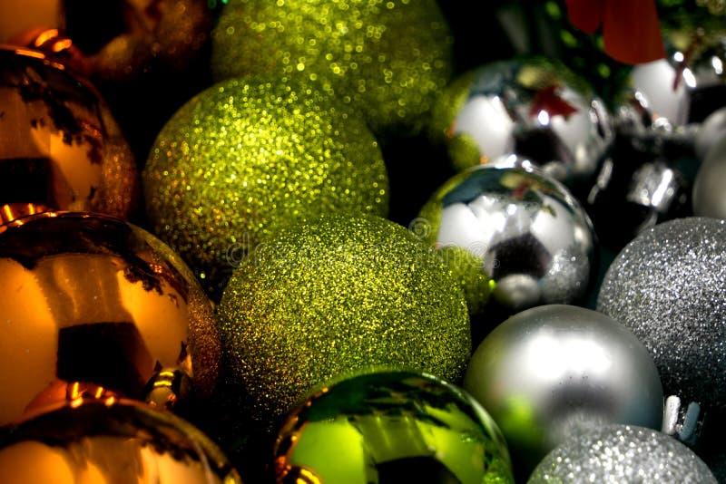 Sztandar, udziały kolorowe Bożenarodzeniowe piłki, świąteczny tło fotografia royalty free