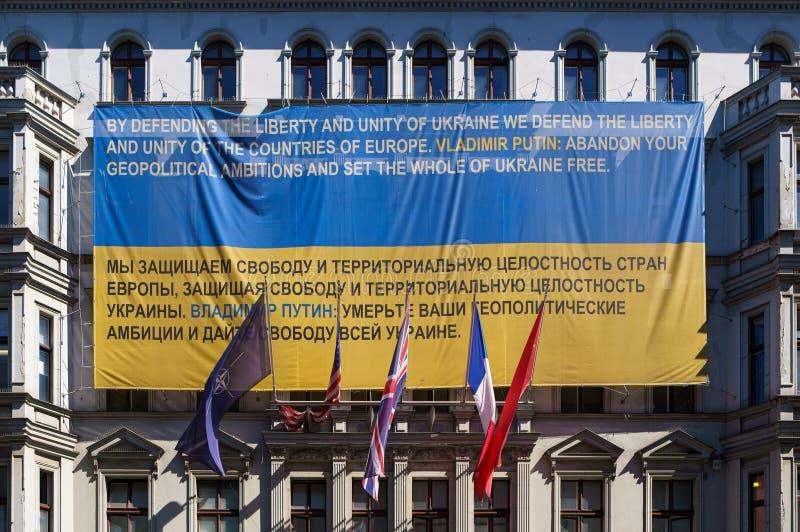 Sztandar w Berlin przeciw Putinowskiej agresji w Ukraina obraz stock