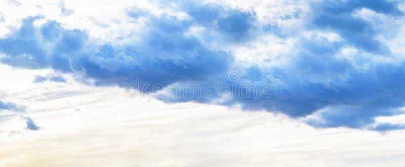 sztandar Wiecz?r niebo z zmrokiem chmurnieje zanim deszcz, zmierzch zdjęcia royalty free
