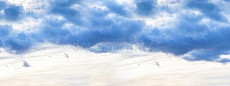 sztandar Wiecz?r niebo z zmrokiem chmurnieje zanim deszcz, zmierzch fotografia fotografia stock