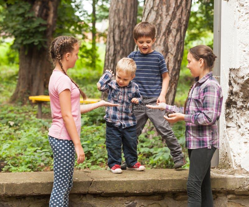 sztandaru pustego miejsca grupy dzieciaków znak obrazy royalty free
