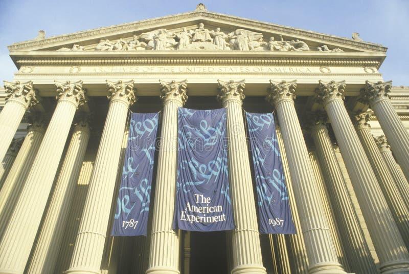 Sztandary przy wejściem Krajowi archiwa, Waszyngton, d C fotografia royalty free